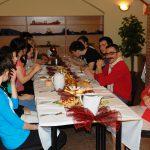 Studenci przy stole w trakcie posiłku
