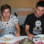 Dwoje studentów z Chorwacji w trakcie posiłku