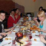 Studenci przy suto zastawionym stole