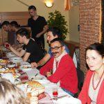 Studenci przy stole podczas posiłku