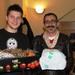 """Student z Chorwacji i doktorant z Turcji z polskimi potrawami, które otrzymali """"na wynos"""""""