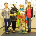 Grupa czterech studentek, dwie z nich w przebraniach muchy i papugi