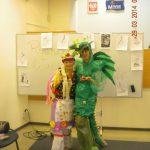 Dwie studentki w samodzielnie wykonanych strojach - przebrane za krakowiankę i smoka wawelskiego