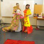 Dwie studentki pozują przebrane w suknie wieczorowe z papieru