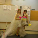 Dwie studentki w wykonanych przez siebie sukniach ślubnych