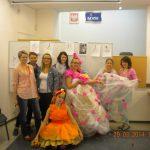 Grupa studentek - dwi z nich prezentują wykonane stroje - suknie balowe