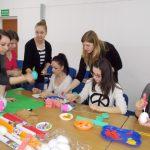Studenci i uczniowie podczas wykonywania ozdób świątecznych