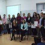 Zdjęcie grupowe uczestników warsztatów komunikacyjnych z prowadzącymi