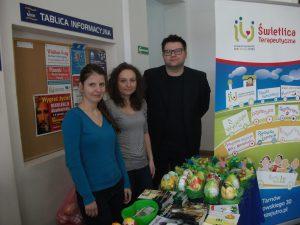 Dwie wolontariuszki z Paidagogos oraz  Krzysztof Drwal przy stole z ozdobami świątecznymi