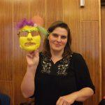 Studentlka prezentuje zrobioną przez siebie maskę