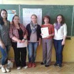 Cztery członkinie Koła i wychowawczyni klasy mgr Wiesława Krysa - zdjęcie pozowane, wykonane w klasie - w tle tablica