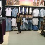 Studentka w sklepie z odzieżą
