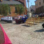 Plac Katedralny w Tarnowie, przygotowania do procesji Bożego Ciała, na krzesłach siedzą przedstawiciele władz uczelni tarnowskich w togach