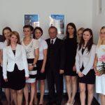 Grupa absolwentów specjalności rachunkowośc i zarządzanie finansami z promotorem dr Kazimierzem Barwaczem i recenzentem prof. Leszkiem Koziołem