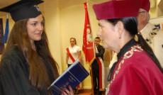 Kolejna wyrżóniona Absolwentka przyjmuje gratulacje od Pani Kanclerz mgr Zofii Kozioł