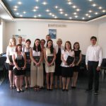 Grupa absolwentów studiów I stopnia RiZF z promotorem dr Wojciechem Koziołem