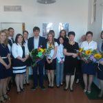 Grupa absolwentów studiów II stopnia RiZF z promotorem dr Wojciechem Koziołem