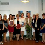 Grupa absolwentów specjalności zarządzanie i administracja publiczna z promotorem prof. Leszkiem Rudnickim