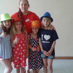 Studentka z grupą czterech dziewczynek w wieku wczesnoszkolnym