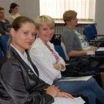 Od lewej mgr Marta Kutowska-Janiczek i mgr Karolina Chrabąszcz siedzą w sali wykładowej