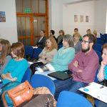 Uczestnicy siedzący w sali podczas warsztatów