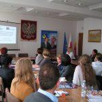 Uczestnicy seminarium organizowanego przez WUP w Krakowie siedzą przy stołach