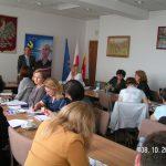 Uczestnicy seminarium w głębi sali widać mgra Radosława Pyrka podczas prelekcji