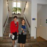 Kanclerz mgr Zofia Kozioł oraz Wicekanclerz mgr Renata Mielak pozują w holu przed schodami wiodącymi na piętro budynku