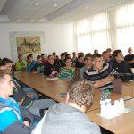 Młodzież szkół średnich podczas prelekcji - uczniowie siedzą przy stołach