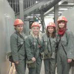 Cztery studentki w strojach ochronnych i kaskach
