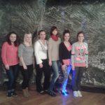 Studentki stoją przy ścianie w sali audytoryjnej w kopalni