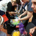 Uczestnicy warsztatów w trakcie wybierania materiałów do pracy