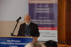 Pan dr hab. prof. MWSE Jan Rajmund Paśko - Kierownik Katedry Nauk o Wychowaniu - podczas wystąpienia