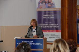 Pani mgr Elżbieta Ciochoń - Dyrektor Centrum Placówek Opiekuńczo-Wychowawczych w Tarnowie - podczas wystąpienia