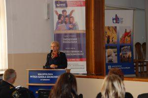 Pani mgr Dorota Bogusz - Dyrektor Tarnowskiego Ośrodka Interwencji Kryzysowej i Wsparcia Ofiar Przemocy - podczas wystąpienia