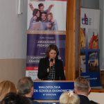 Pani mgr Magdalena Stus - Pedagog w Miejskim Ośrodku Pomocy Społecznej w Tarnowie - podczas wystąpienia
