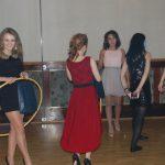Studenci w trakcie konkursu z hula-hop