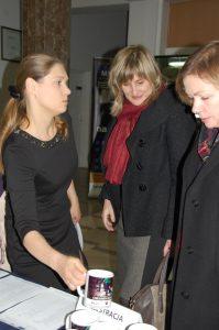 Rejestracja uczestników - od lewej - Pani mgr Marta Kutowska-Janiczek - Przewodnicząca Komit. Org. Konferencji, Pani dr Renata Smoleń - Dziekan MWSE oraz Pani mgr Bożena Niekurzak - Prodziekan MWSE