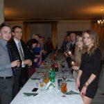 Studenci stoją przy stole