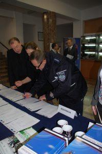 Rejestracja uczestników - od lewej - ks. dr hab. prof. MWSE Jacek Siewiora, Pani mgr Marta Kutowska-Janiczek, Pan asp. sztab. Jerzy Kuczkowski