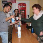 Student z Turcji rozlewa napój do kubków