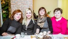 Cztery studentki siedzą za stołem wigilijnym