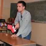 Hasan uczy dzieci kolorów w języku tureckim