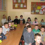 Dzieci siedzące przy stołach podczas sajęć
