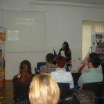Studentka z Turcji prezentuje swój uniwersytet