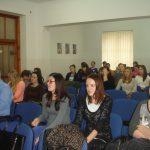 Uczestnicy sympozjum siedzą w sali