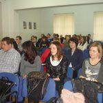 Uczestnicy sympozjum siedzący w sali