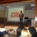 Student z Turcji podczas prezentacji swojego kraju