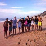 Grupa studentów pozuje na plaży