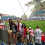 Studenci na meczu piłkarskim